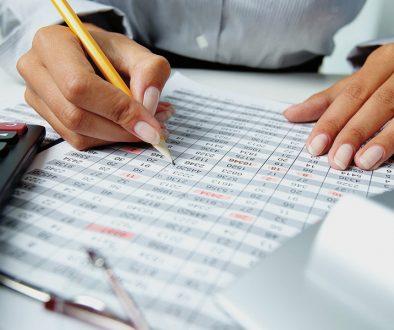 empreendedora-fazendo-o-controle-financeiro-da-empresa